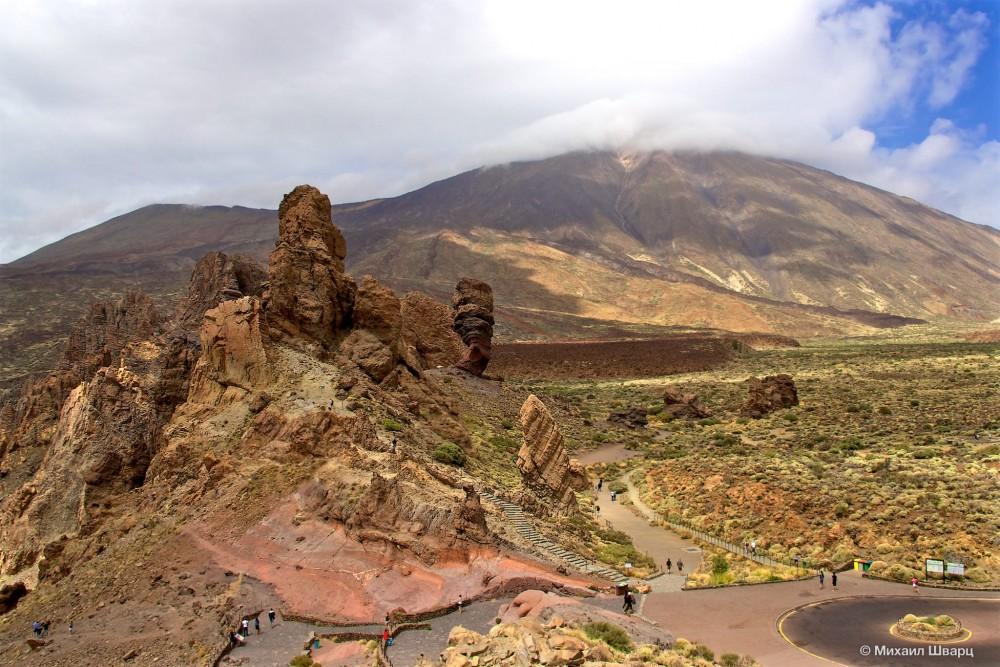 Верхушка вулкана за облаками