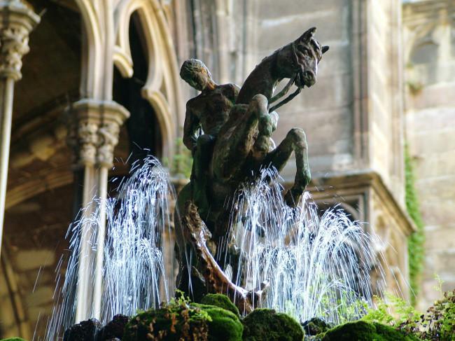 Фонтан со статуей Святого Георгия