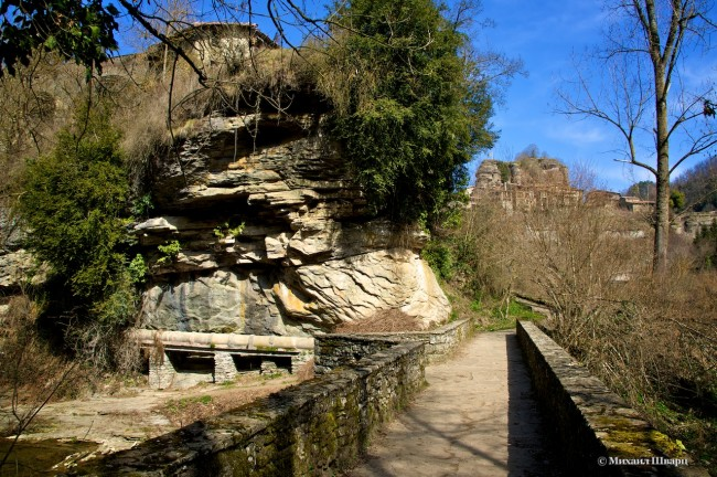 Переходим по каменному мосту