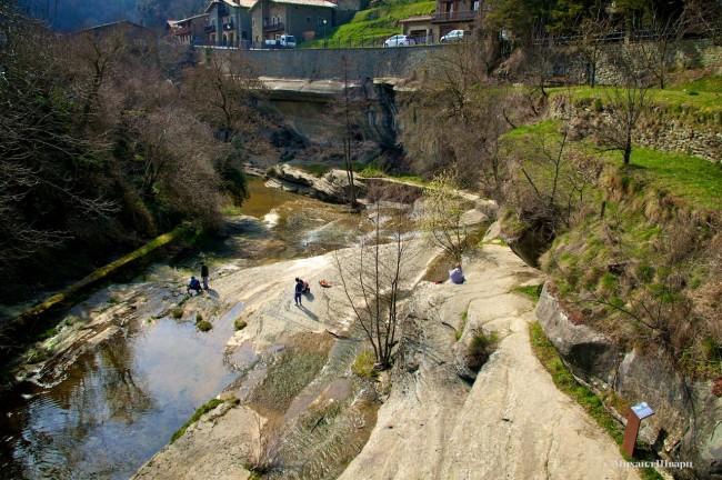 Тропинка вдоль реки под городом