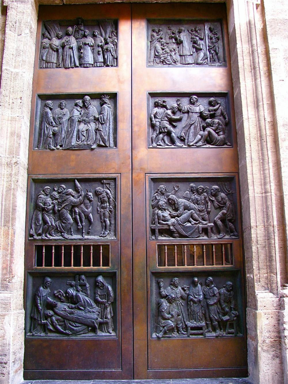 Двери базилики (фото: Paula)