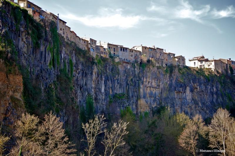 Кастельфольит-де-ла-Рока построен на застывшей лаве