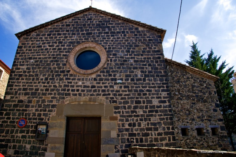 Сразу наверху стоит старинная церковь