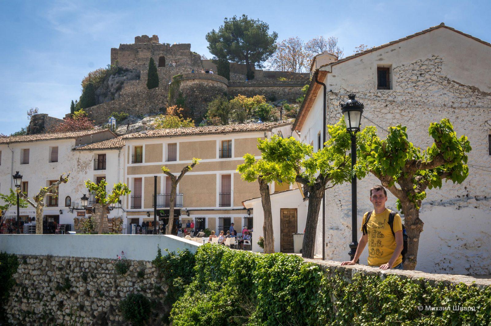 За моей спиной виднеется Замок короля (Castillo del Rey)
