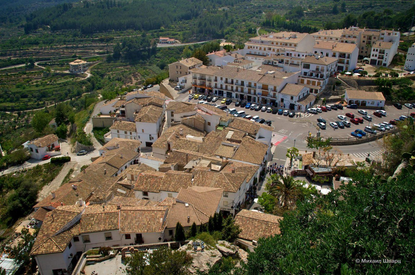 «Новый город» разместился в долине у подножия скалы