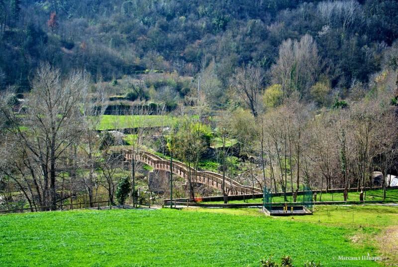 Идем через деревянный мост