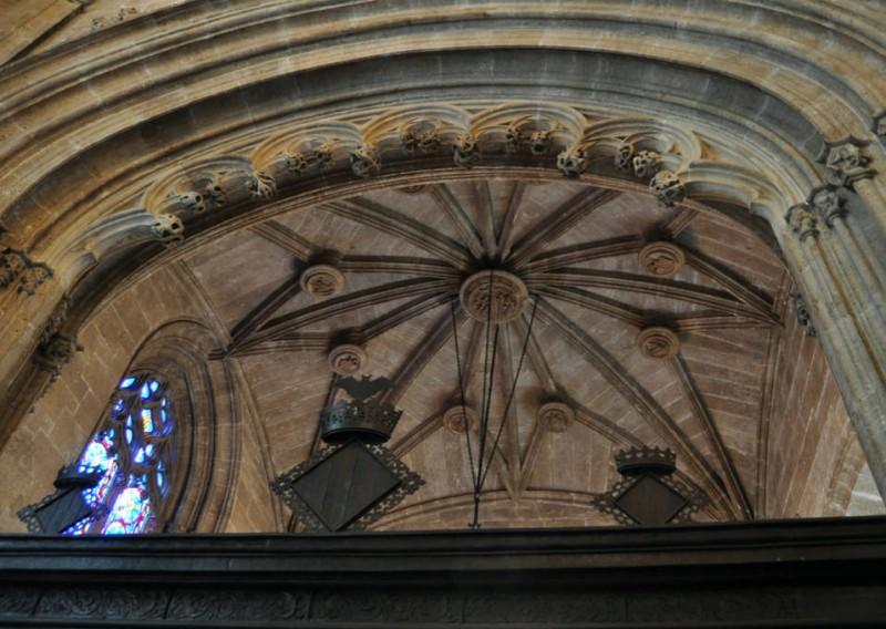 Капелла с красивым готическим окном и звездчатым сводом