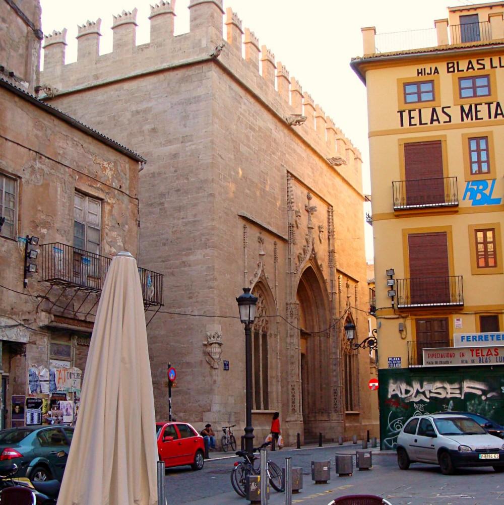 Вход со стороны улицы La Lonja