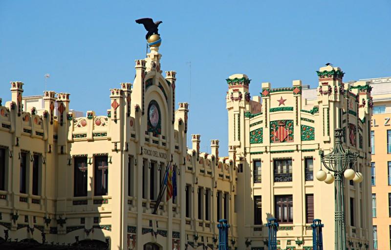 Ступенчатый фасад главного здания вокзала