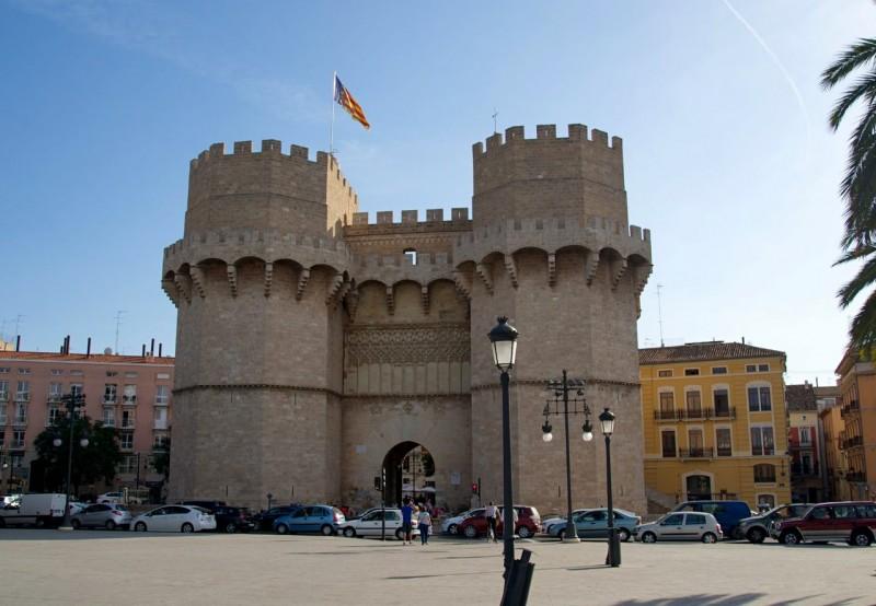 Внушительные башни Серранос