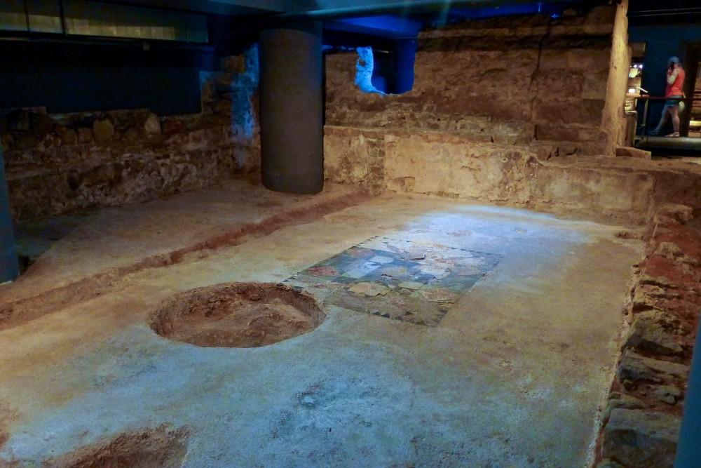 Сохранившаяся напольная мозаика (фото: Christine Espino)