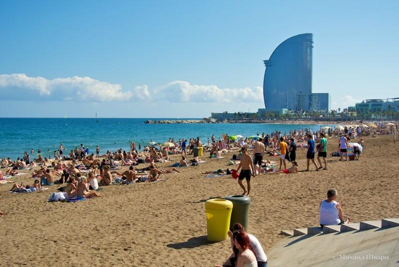 Пляж около знаменитого отеля в форме паруса «W»