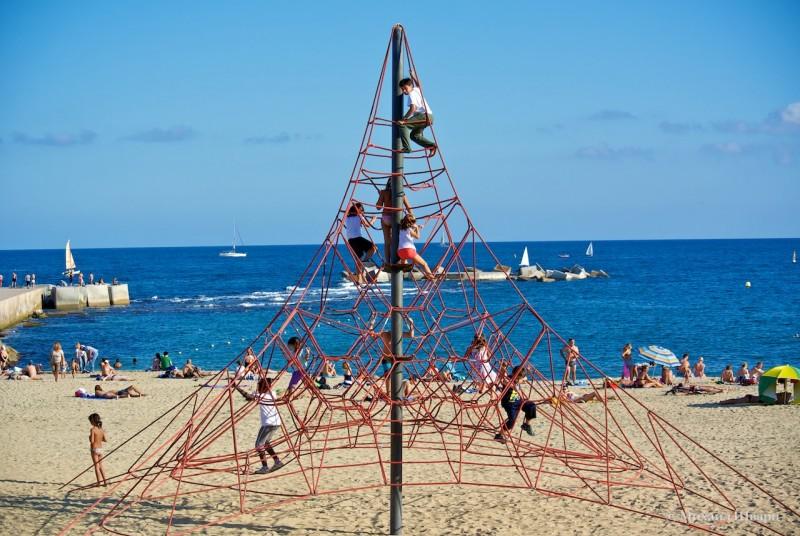 Детские забавы на пляже Нова Икария
