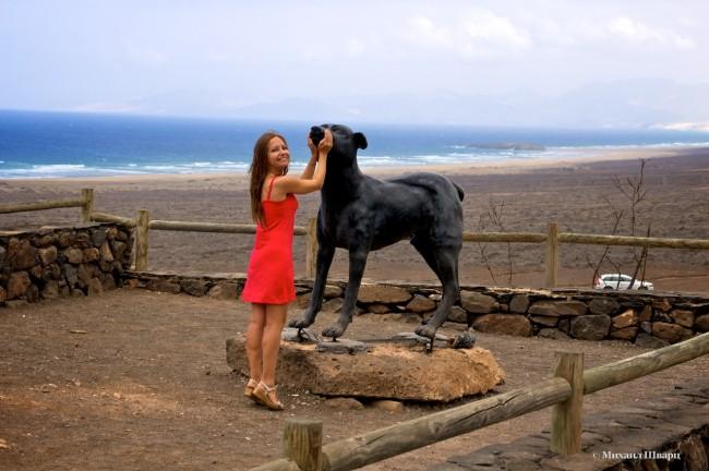 Памятник собаке в деревне