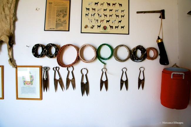 Инструменты на стене виллы