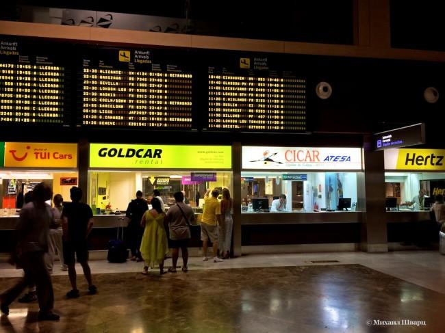 Прокатные конторы в аэропорту Тенерифе. Очередь в Goldcar.