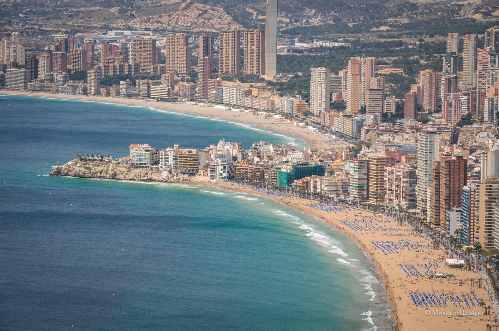 На первом плане пляж Levante, за выступом – пляж Поньенте