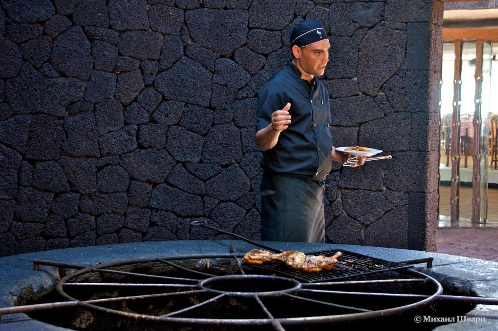 Приготовление мяса над кратером вулкана