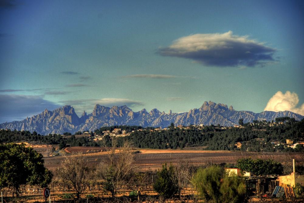 Вид на гору Монсеррат издалека (фото: Adria Cabo)