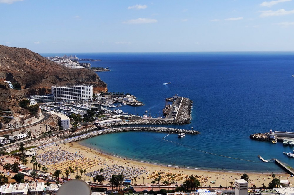 Пляж и порт курорта Пуэрто Рико (фото: Ben Sutherland)