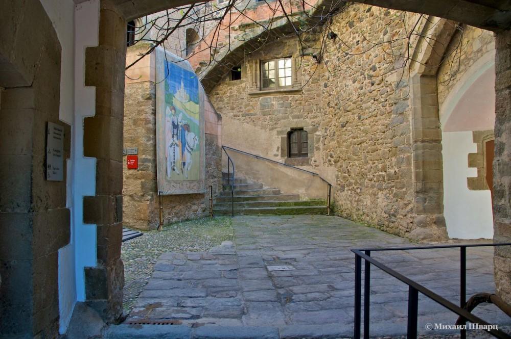 Вход в замок и его двор