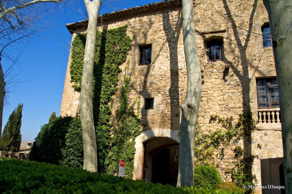 Вид на замок из сада