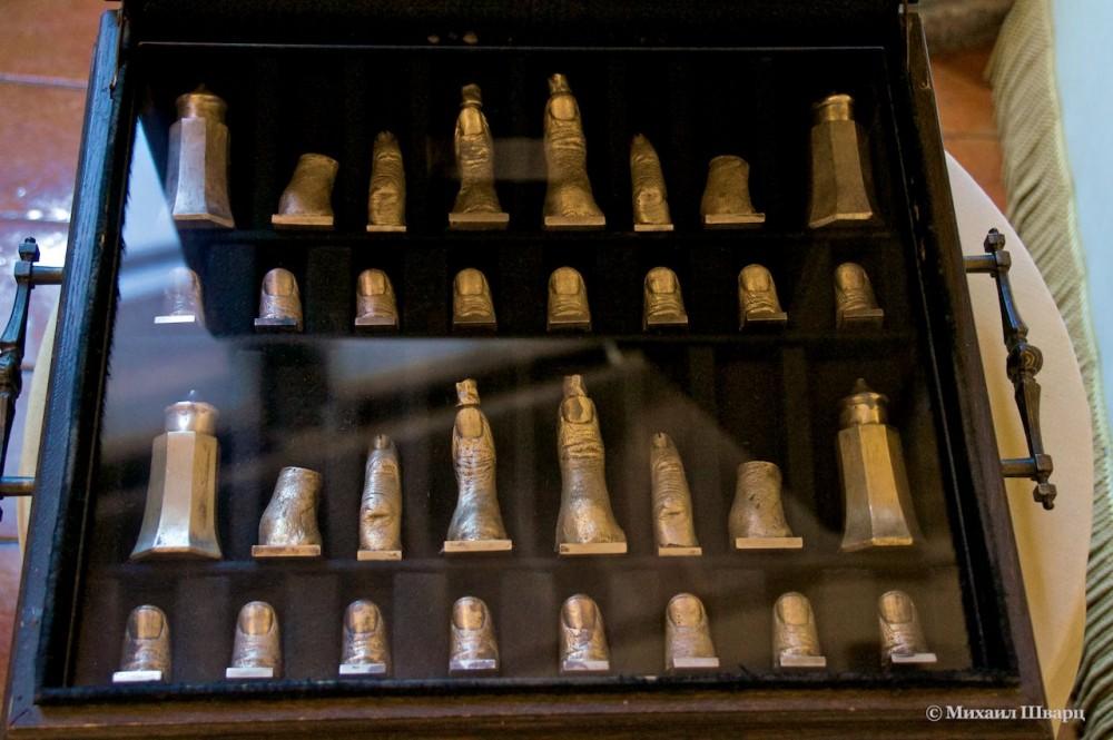 Шахматы в виде пальцев рук