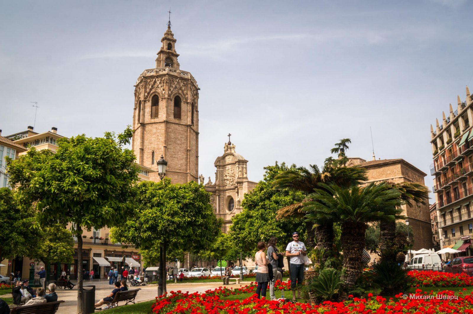 Вид на колокольню с площади Plaça de la Reina
