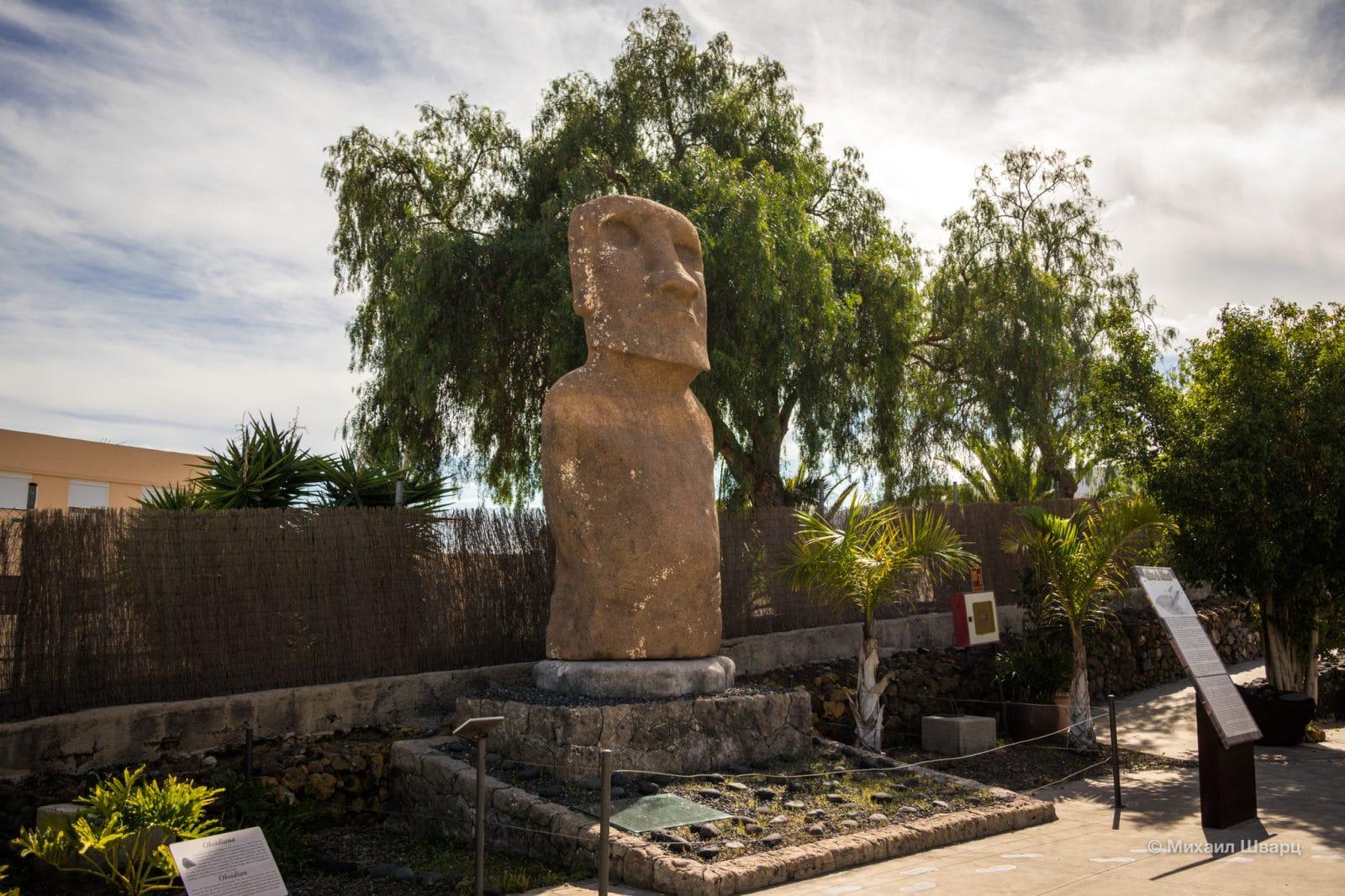 Каменная статуя Моаи