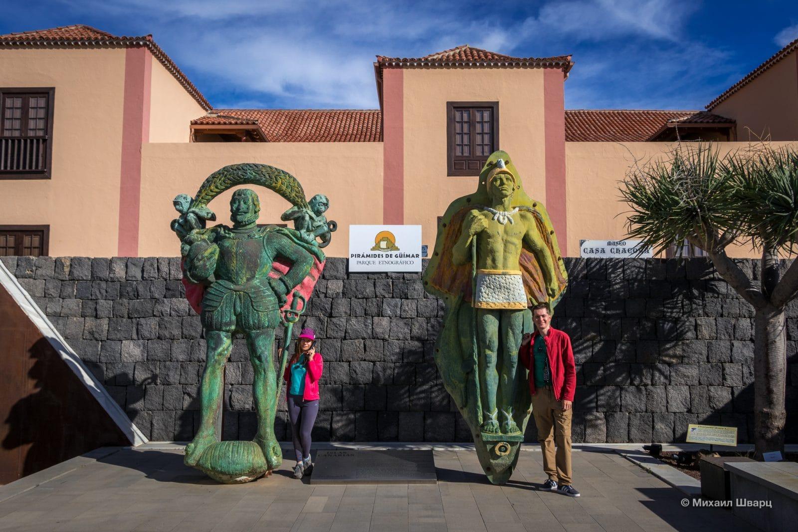 Скульптуры перед входом
