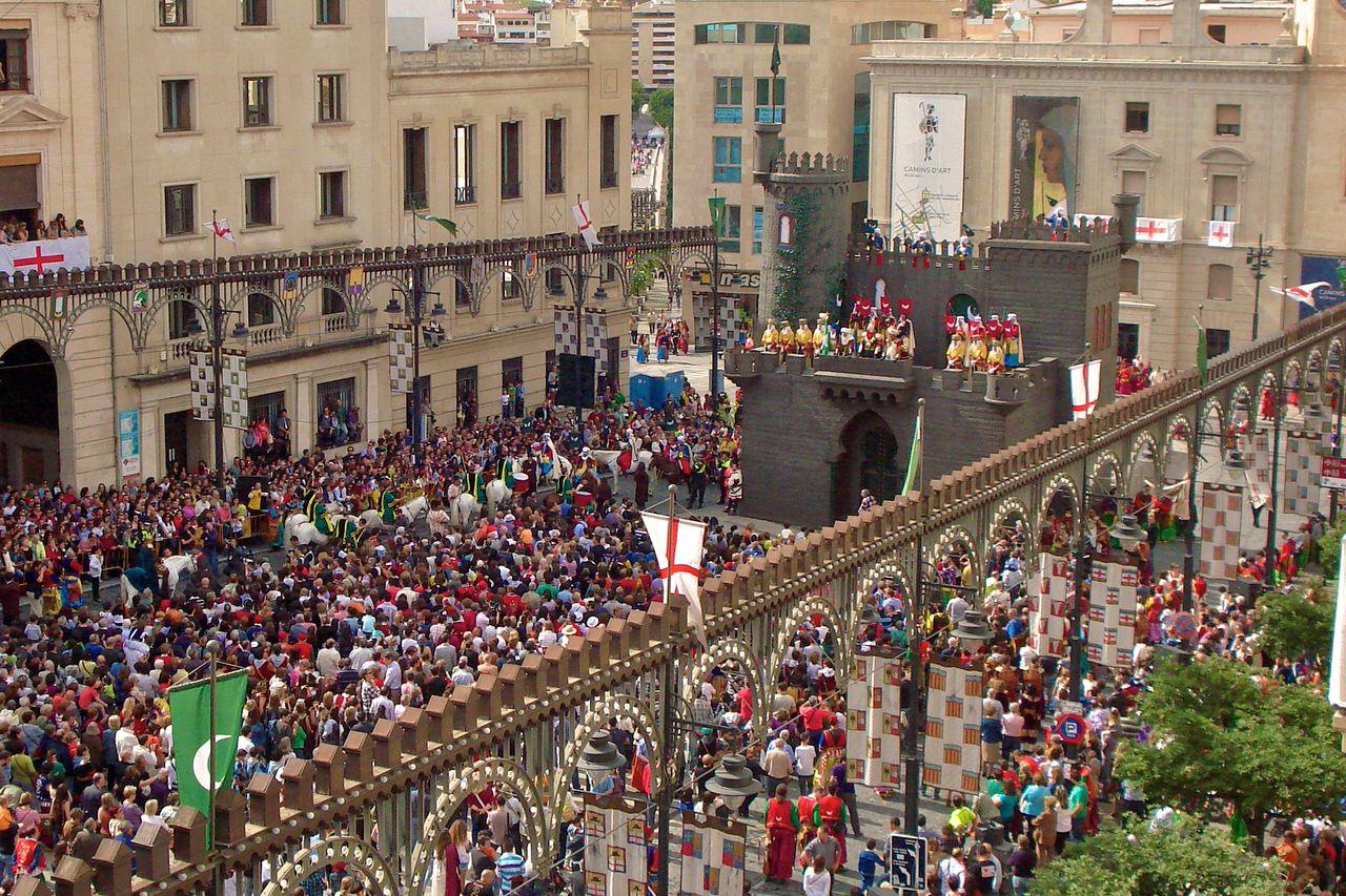 Испанские тинейджеры на площади фото фото 345-529