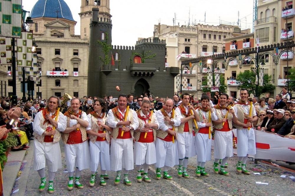 Музыканты у деревянной крепости (фото: Pau García Solbes)