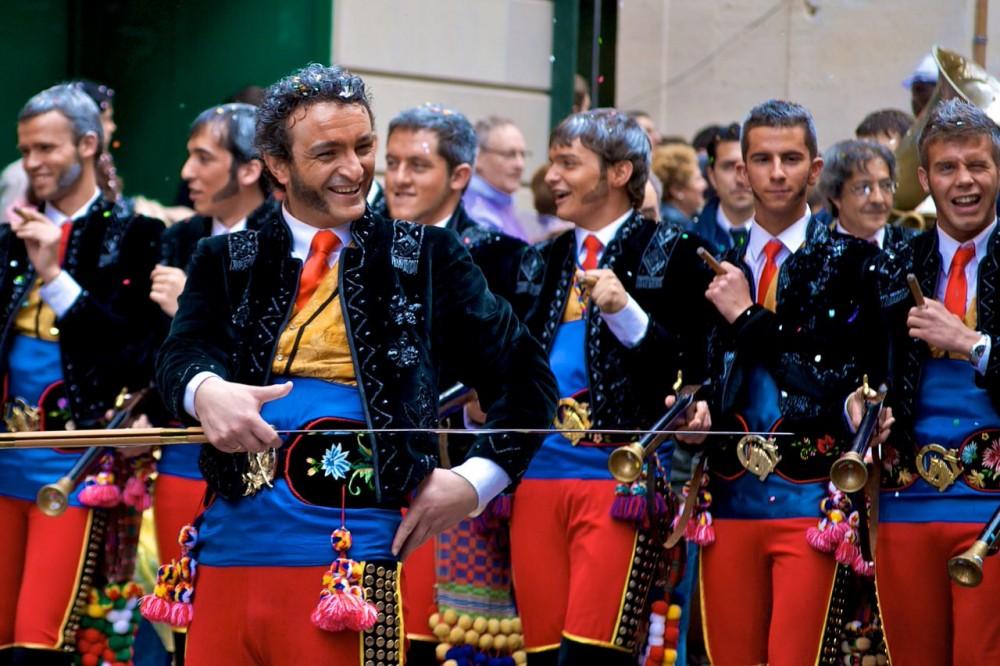 Шествие актеров и музыкантов (фото: olemiswebs)