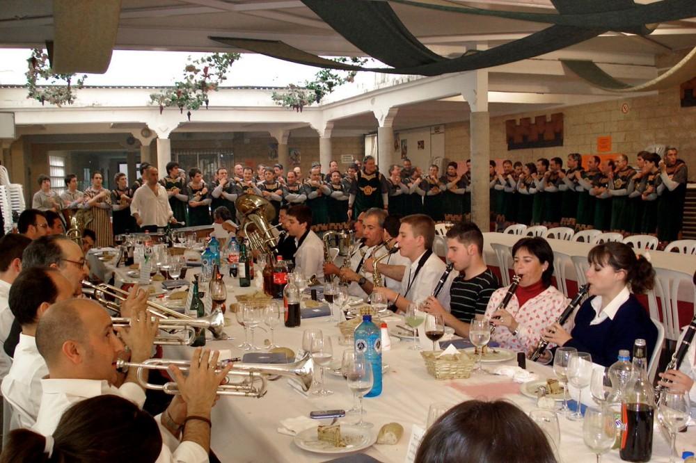 Музыканты за столом (фото: Grupo Ya Restauración)