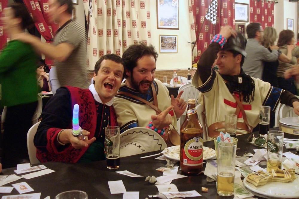 Празднование за столом (фото: Luis Gosalbez)