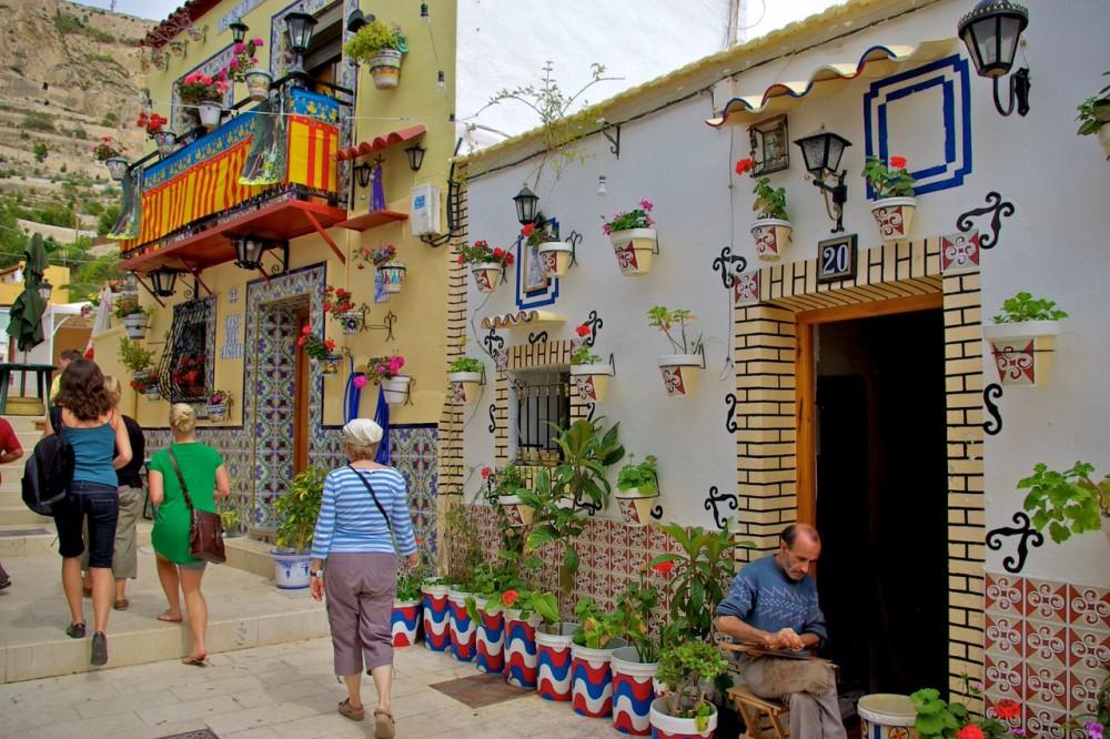 Красивые домики в квартале Santa Cruz (фото: Spanish School Alicante)