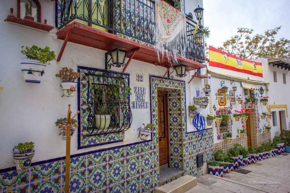 Красивые домики в квартале Santa Cruz