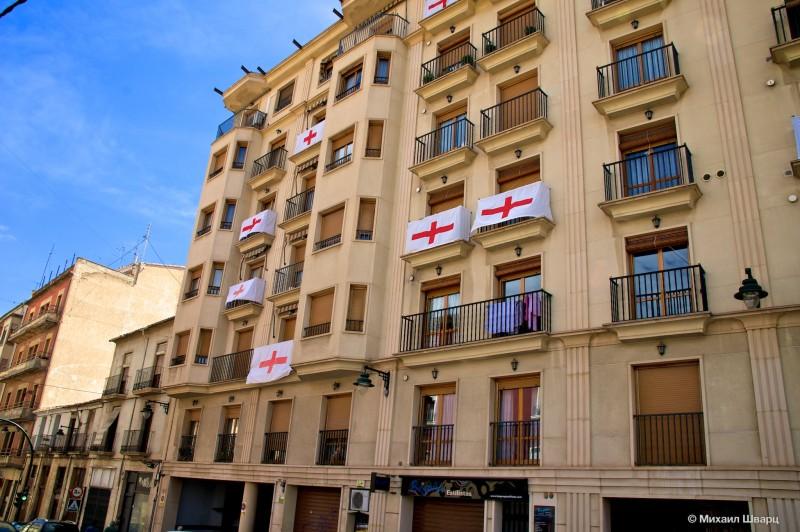 Дома были увешаны знаменами