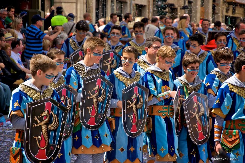 Испанские тинейджеры на площади фото фото 345-664