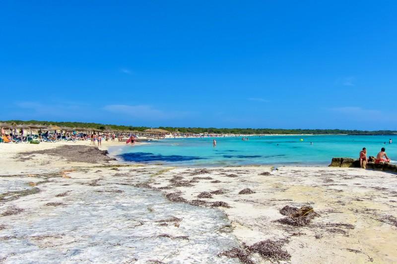 Белоснежные пески и кристально чистая вода на пляже Es Trenc