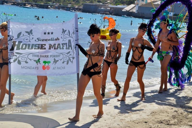 Так ночные клубы рекламируются на пляже в Салинас
