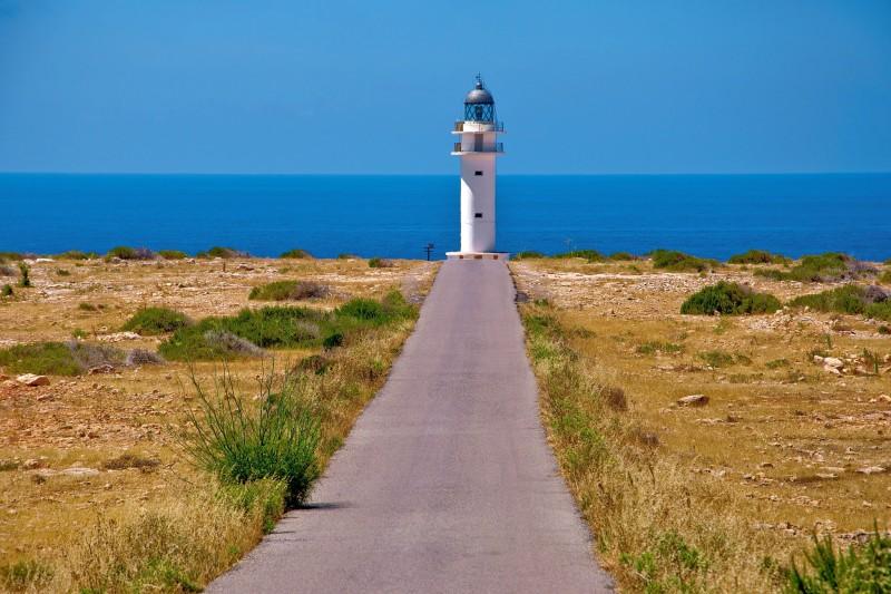 Романтичный маяк на краю обрыва