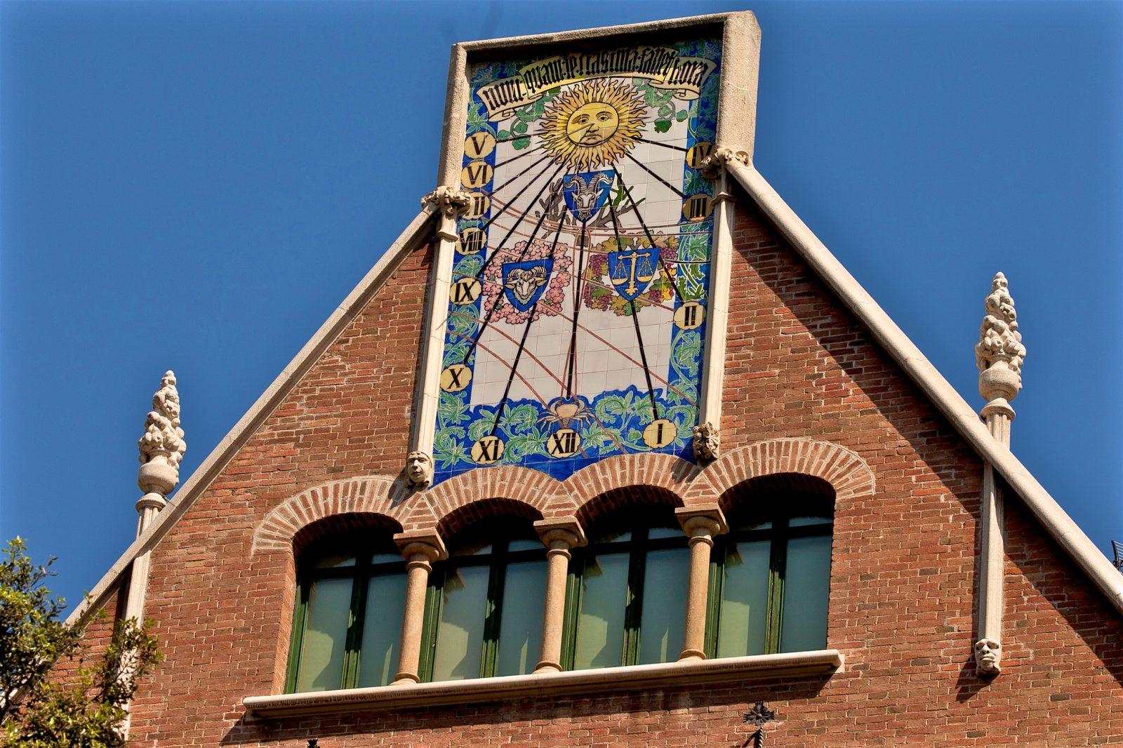 Фасад украшенный керамическим панно (фото: Raymond DEJONG)