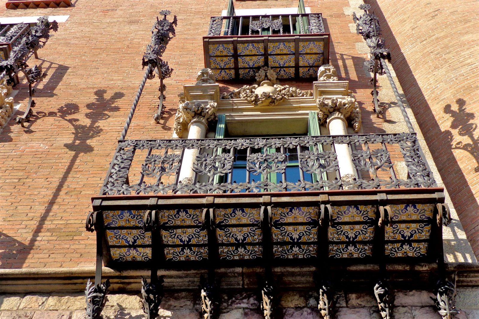 Балкон с железным орнаментом (фото: eric)