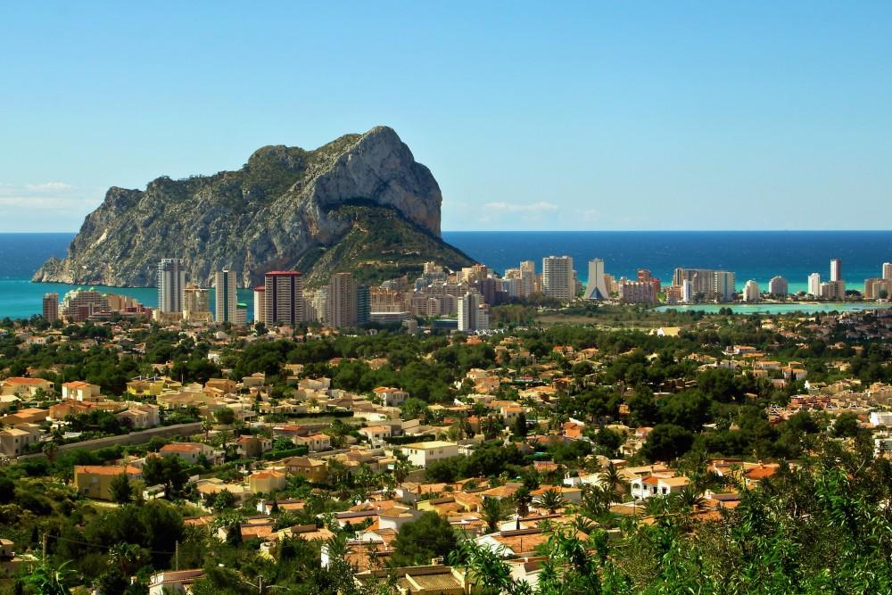 Город у огромной скалы (фото: Ken Farge LRPS)