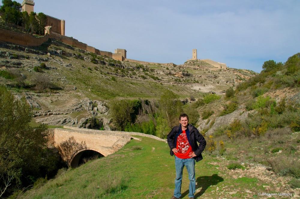 Мост Puente de Chinchilla, на заднем плане башня Torre del Campo