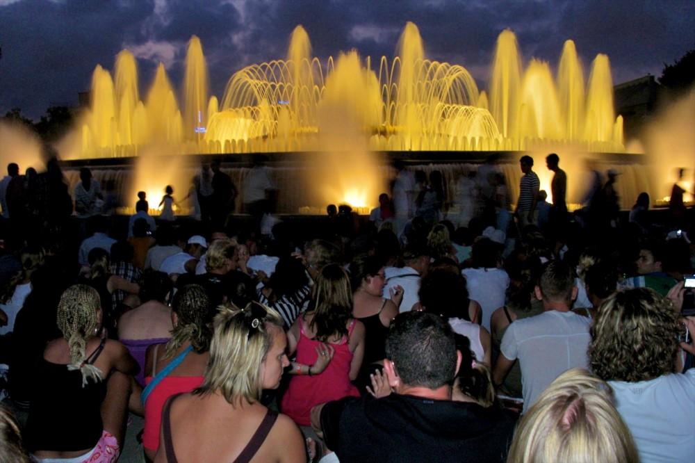 Народ на шоу поющих фонтанов (фото: Andre)