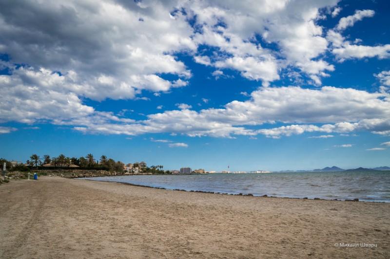 Отдаленный пляж на озере