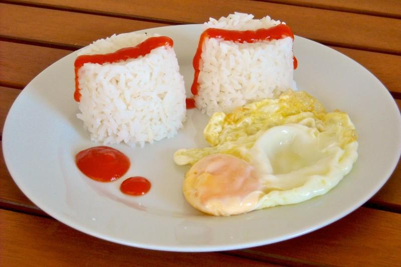 Яичница с рисом и томатной пастой