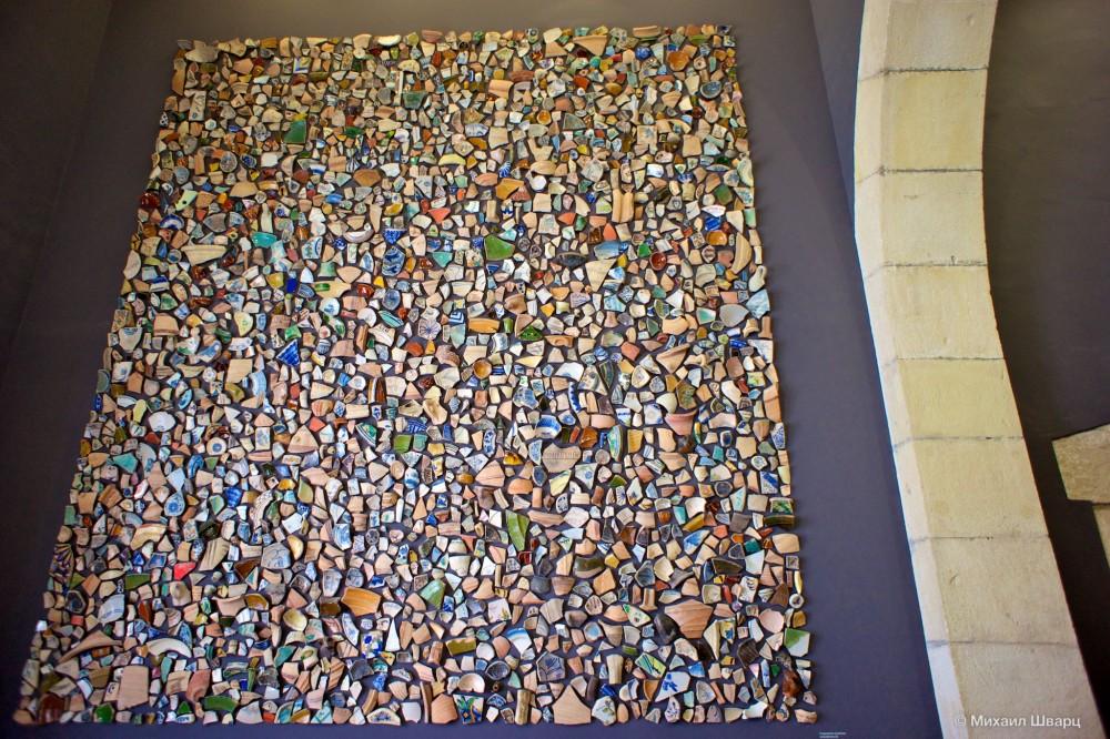 Мозаика из найденных кусочков керамики
